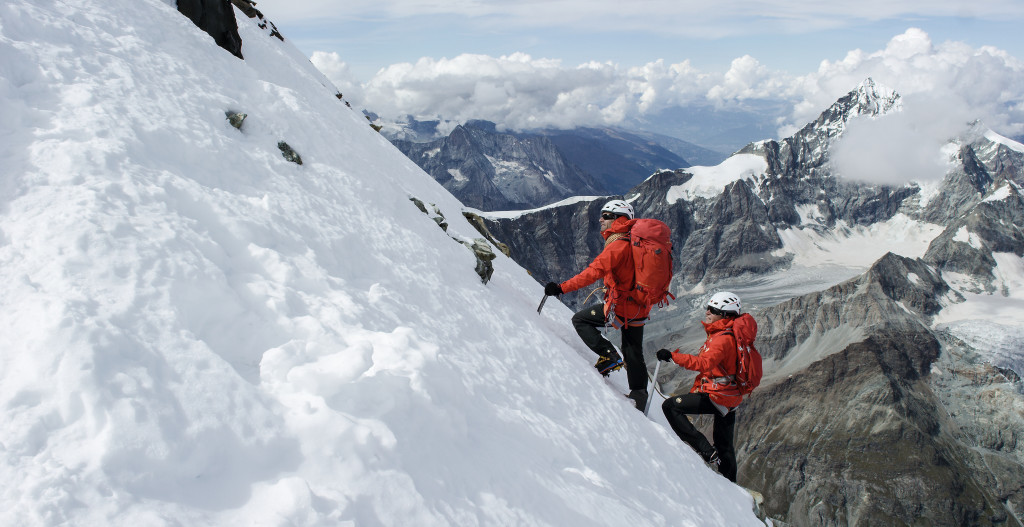 Ninguna de las rutas que llevan al Cervino son fáciles, por eso los guías de montaña fijan el precio para subir a la cumbre sobre los 1500 euros.