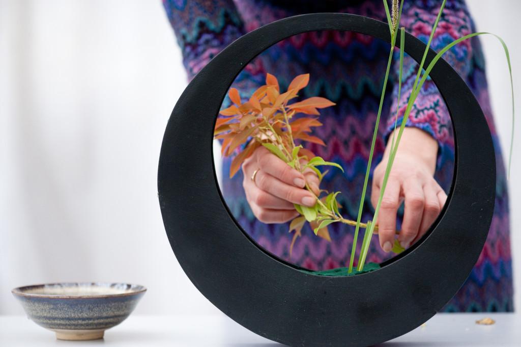 El ikebana invita a maniobrar con las flores y plantas hasta que se encuentren en la mejor posición para su observación.