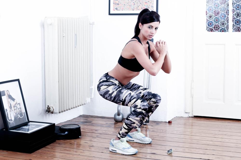 mujer ejercicio sentadillas